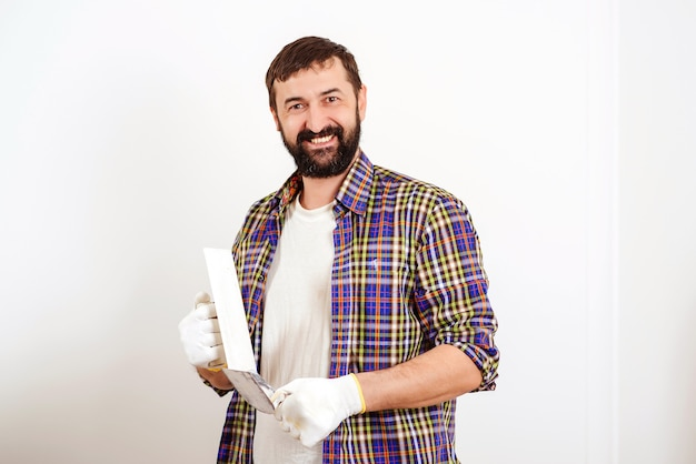 Maler mit klebeband vor dem malen.