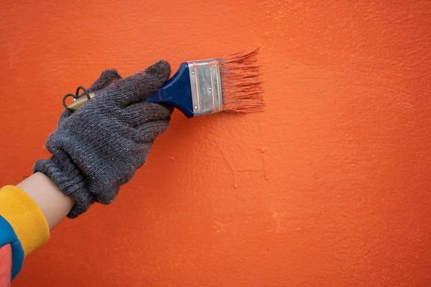 Malerarbeit malen sie die wand mit farbplänen und walzen. konzepte von arbeit, arbeit, malerei