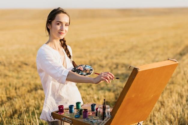 Malerei der jungen frau des smiley hand