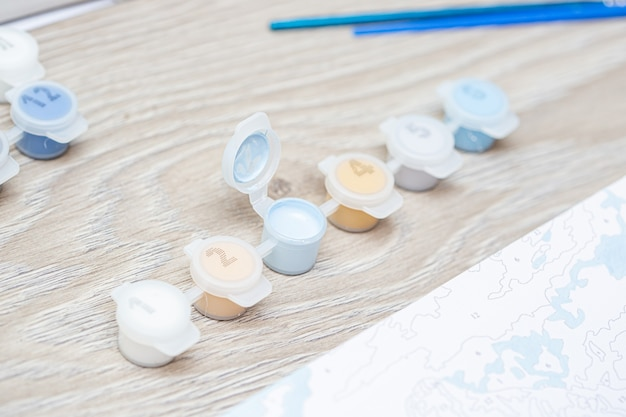Malerei kunst. zeichnen nach zahlen mit pinseln, nummerierte farben.