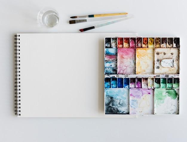 Malerei-palette sketchbook-papierbürsten-weiß-tabelle