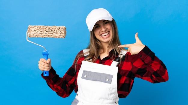 Malerfrau auf isoliertem blau stolz und selbstzufrieden