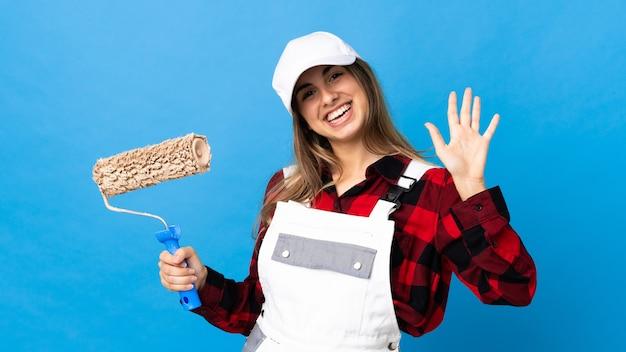 Malerfrau auf lokalisiertem blauem gruß mit hand mit glücklichem ausdruck