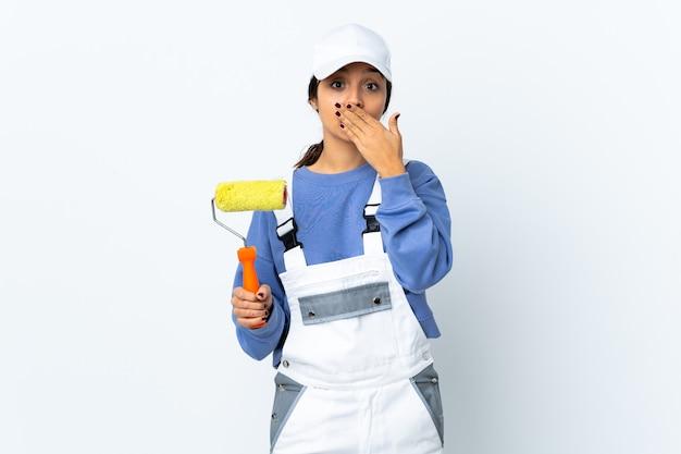 Malerfrau isoliert, die mund mit hand bedeckt