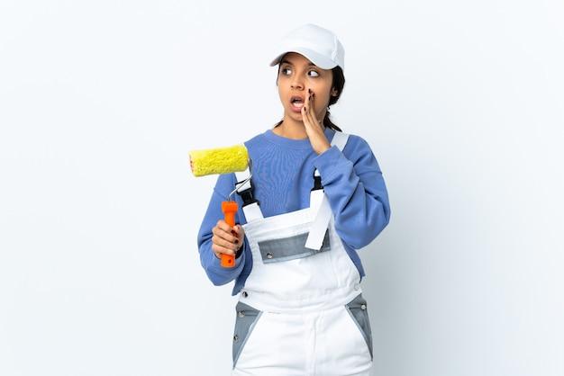 Malerfrau isoliert etwas flüsternd