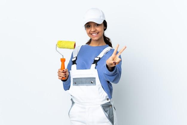 Malerfrau isoliert lächelnd und siegeszeichen zeigend