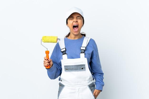 Malerfrau isoliert schreit nach vorne mit weit geöffnetem mund