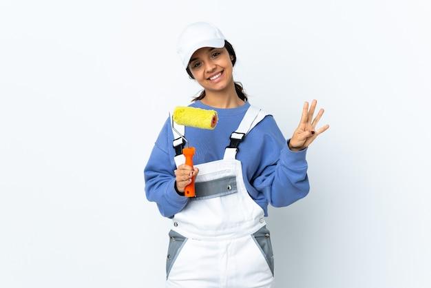 Malerfrau über isolierte weiße wand glücklich und zählt vier mit den fingern
