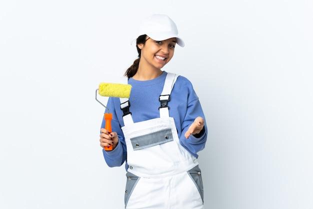 Malerfrau über isoliertem weißem hintergrund händeschütteln für das schließen eines guten geschäfts