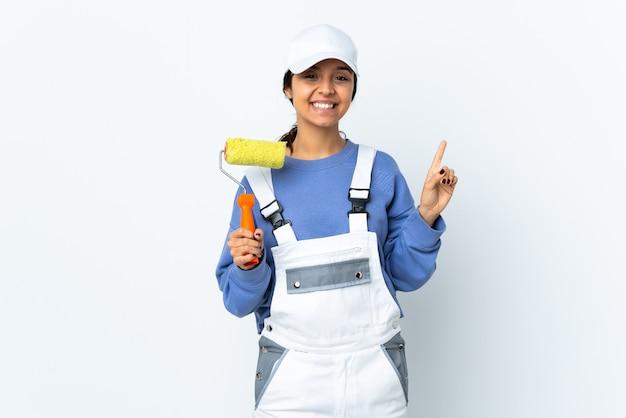 Malerfrau über isolierter weißer wand, die eine große idee aufzeigt