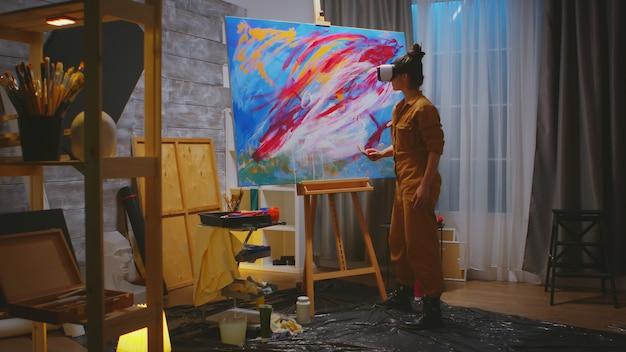 Malerin, die an abstrakter malerei im studio arbeitet.