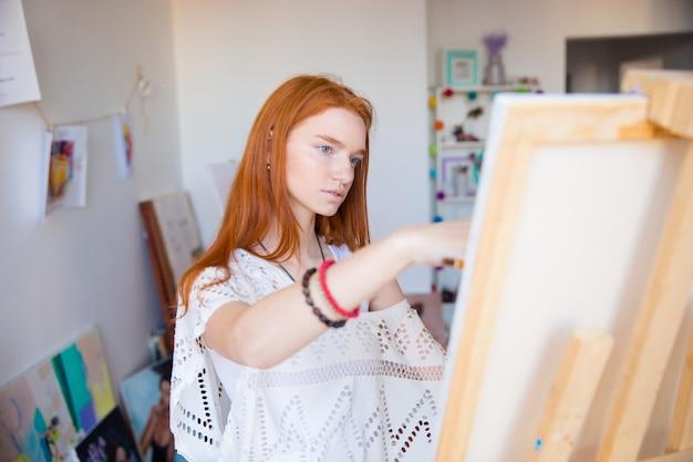 Malerin, die im kunstatelier arbeitet