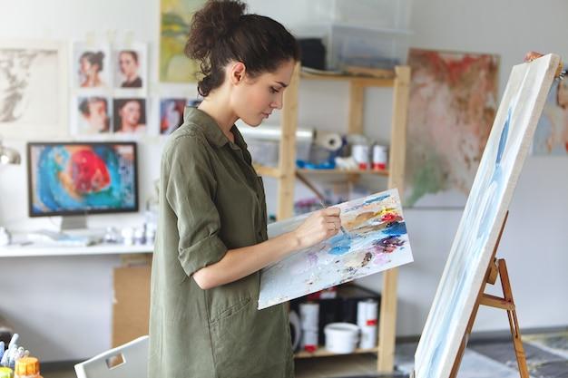 Malerin in ihrem kunststudio