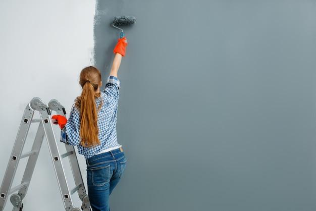 Malerin malt wände im innenbereich.