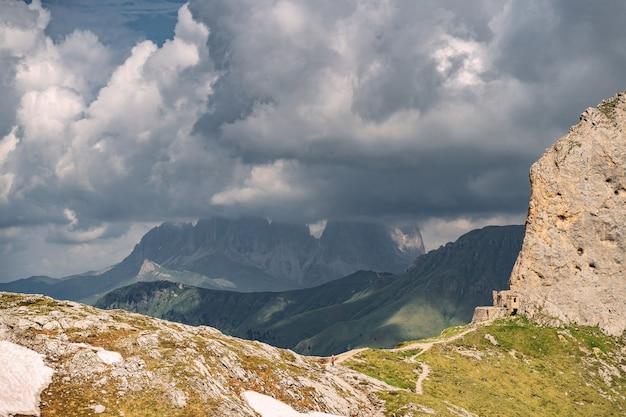 Malerische alpen mit felsigem berg unter wolkenhimmel