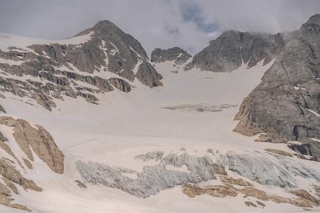 Malerische alpen mit weißem schnee auf dem berg