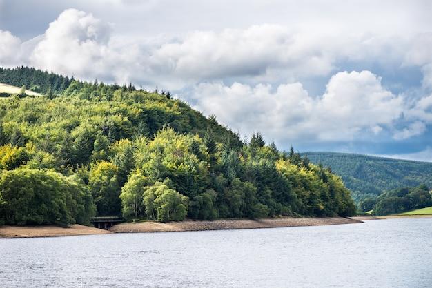 Malerische aussicht auf die hügel in der nähe des ladybower reservoirs, peak district