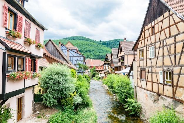 Malerische aussicht auf die malerische stadt kayserberg, elsass, frankreich