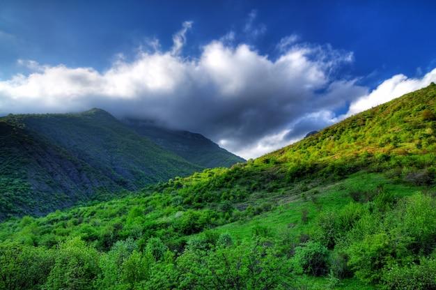 Malerische aussicht, regenwolken in den bergen