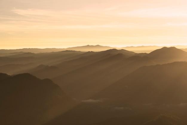 Malerische berglandschaft mit einem sonnigen himmel