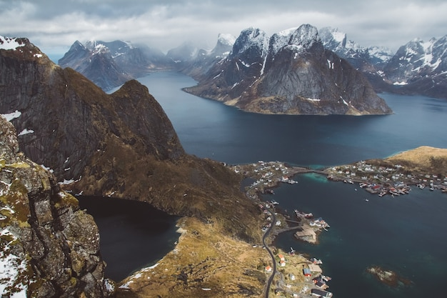 Malerische landschaft der lofoten-inseln: gipfel, seen und häuser. reine dorf, rorbu, reinbringen