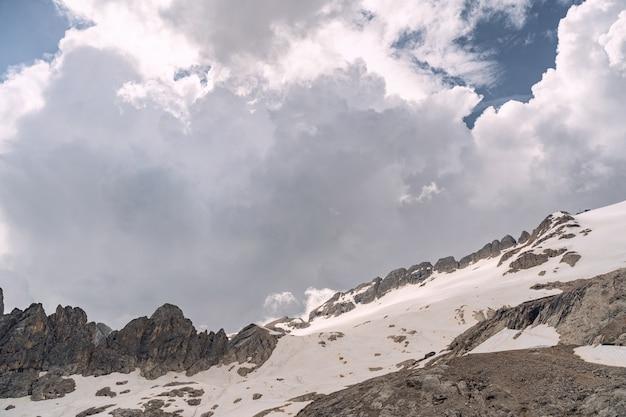 Malerische landschaft mit felsigem berg unter wolkenhimmel