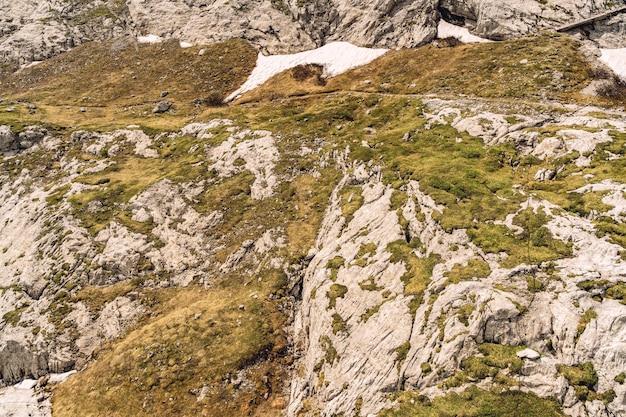 Malerische landschaft mit spur auf felsigem berg