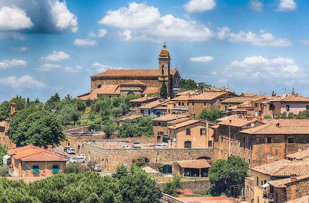 Malerische luftaufnahme über die stadt montalcino, provinz siena, toskana, italien