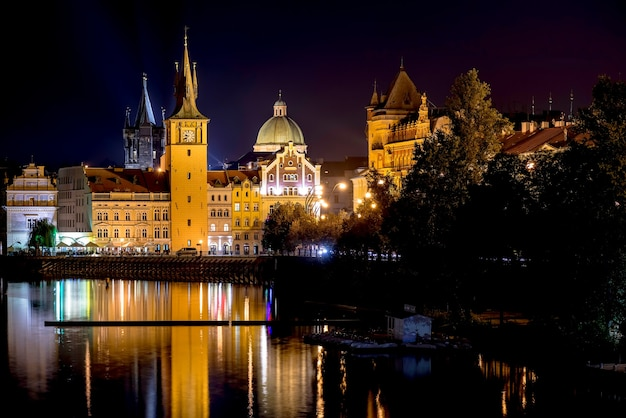 Malerische nachtansicht der karlsbrücke und gebäude entlang der moldau. prag, tschechische republik.