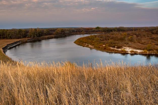 Malerische naturlandschaft des flusses don und der steppe im herbst über dem rohrstock