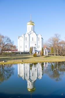 Malerische orthodoxe kirche nahe einem frühlingsteich