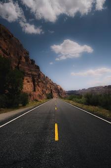 Malerische route, die zu einem berg führt