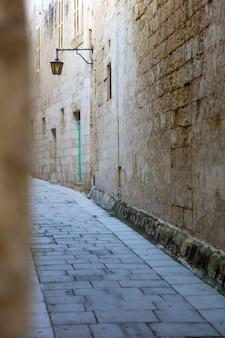 Malerische schmale straße der mittelalterlichen stadt mdina, malta