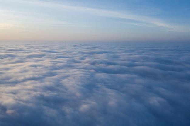 Malerische sonne auf den wolken