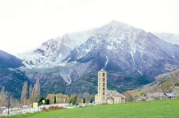 Malerische stadt in vall de boa, katalanische pyrenäen, spanien.