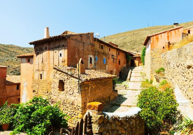 Malerische steinige häuser in der gewöhnlichen spanischen stadt