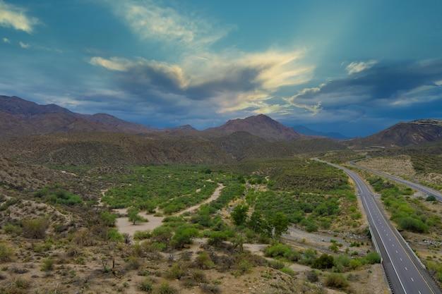Malerische straße in den roten steinklippen der arizona-berge und im blauen himmel