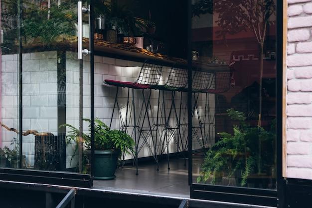 Malerische straßen der stadt mit motorrädern und café.