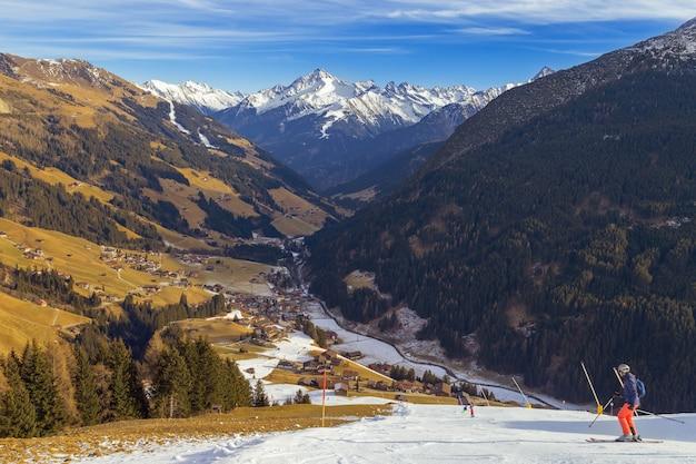 Malerische winterlandschaft mit bergen bedeckte schnee