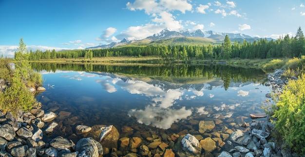 Malerischer bergsee am sommermorgen