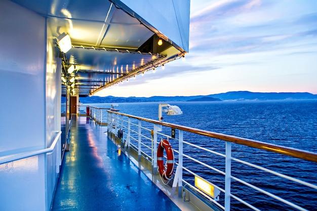 Malerischer blick auf das deck und das meer des kreuzfahrtschiffs