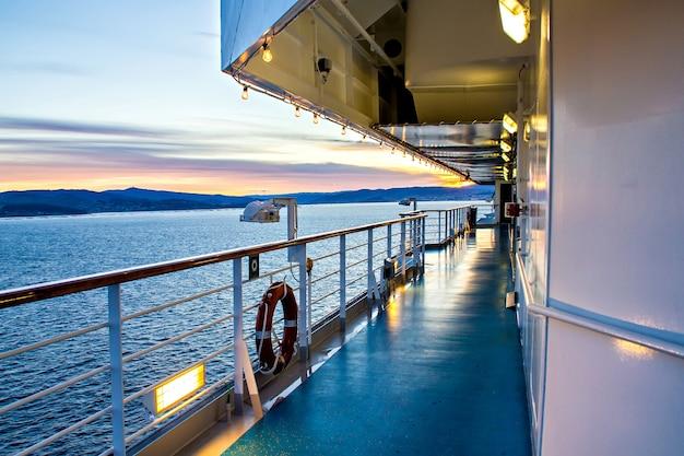Malerischer blick auf das deck und das meer von kreuzfahrtschiffen