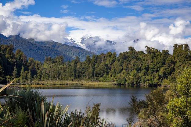 Malerischer blick auf den lake mapourika in neuseeland