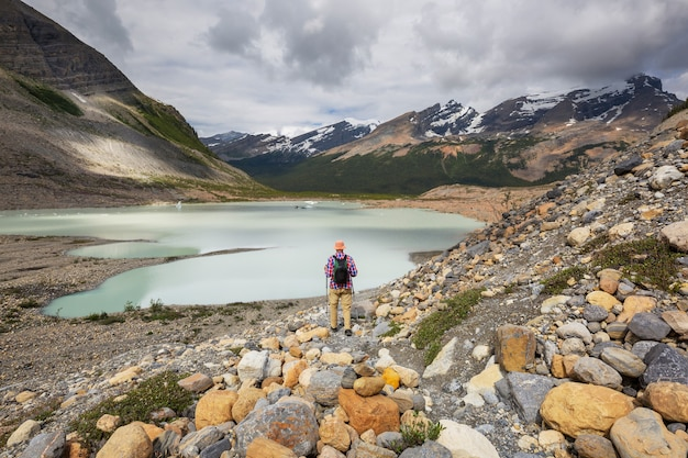 Malerischer blick auf die berge in den kanadischen rocky mountains in der sommersaison