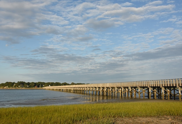 Malerischer blick auf die powder point bridge, die sich über die duxbury bay erstreckt