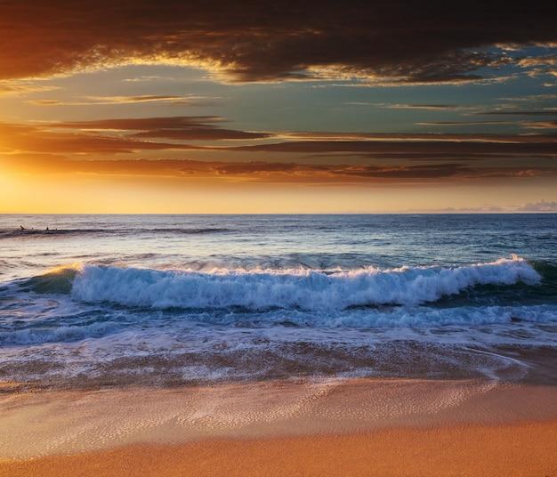 Malerischer bunter sonnenuntergang an der meeresküste. gut für hintergrundbild oder hintergrundbild.