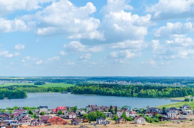 Malerischer großer minsker stausee drozdy in weißrussland.