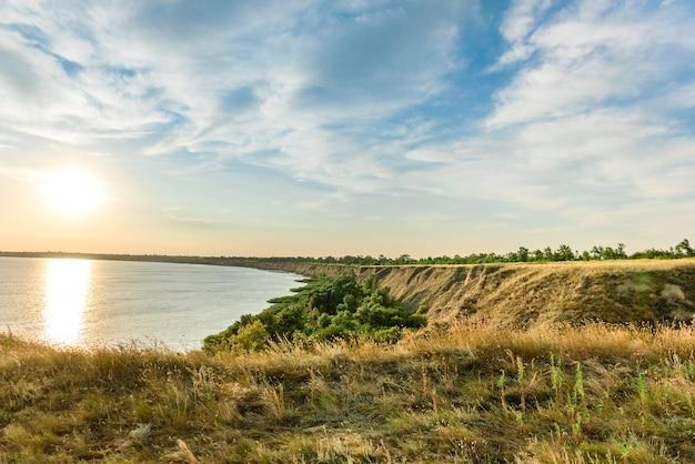 Malerischer hang der meeresküste an einem warmen sommertag. schöne landschaft