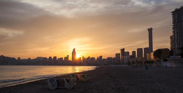 Malerischer sonnenaufgang über der bucht von benidorm, einem der besten strandresorts europas