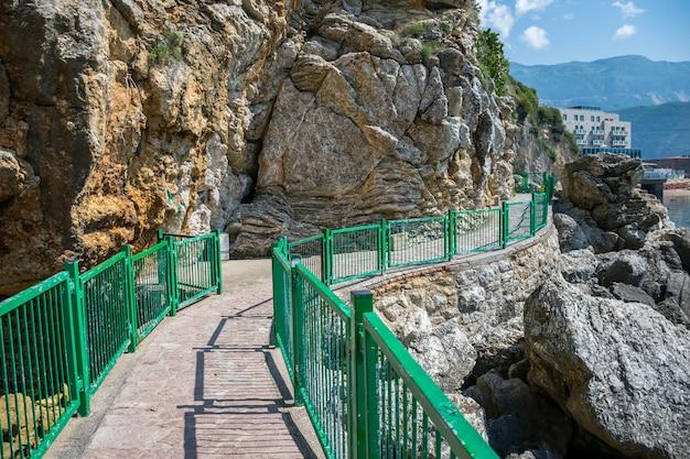 Malerischer weg zum strand von mogren in budva. montenegro.